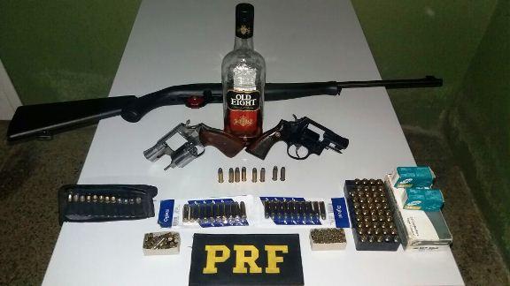 PRF prende motorista com rifle, revólveres e farta munição no PI