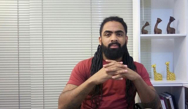 """Homem negro é barrado em bar por """"parecer um segurança"""" em Curitiba"""