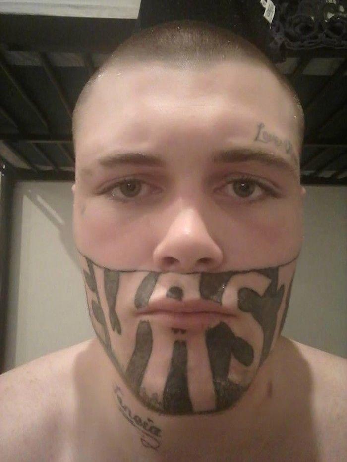 Jovem com o rosto tatuado faz apelo por trabalho