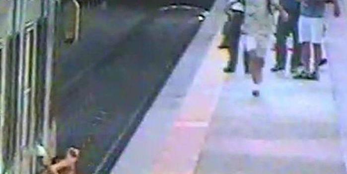 Mulher é arrastada por trem ao ficar com bolsa presa na porta;vídeo