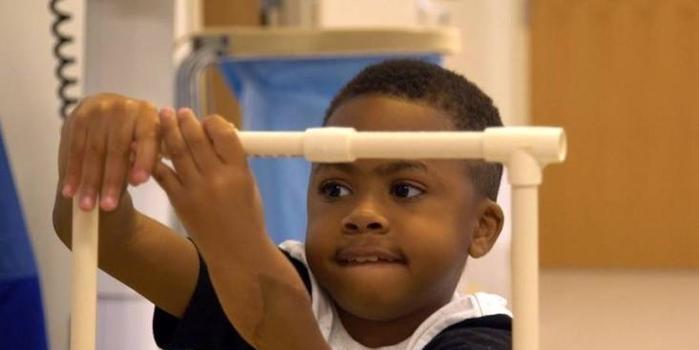 Primeira criança com transplante duplo de mãos já se alimenta só