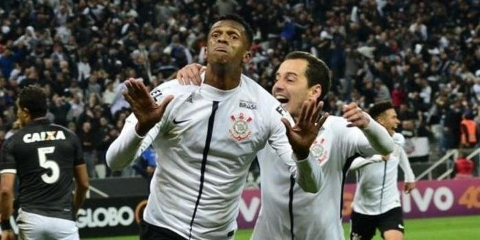 Corinthians vence o Batafogo e segue com folga na liderança