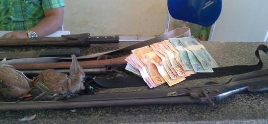 Dupla é presa com espingardas e aves silvestres mortas em Parnaíba