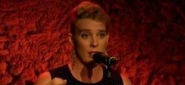 Cantora morre eletrocutada durante show na França