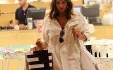 Bruna Marquezine deixa pernas à mostra em passeio em shopping