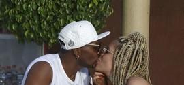 Beto Jamaica troca beijos com atual loira do Tchan em hotel