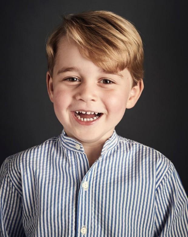 Príncipe George dá show de fofura em retrato oficial