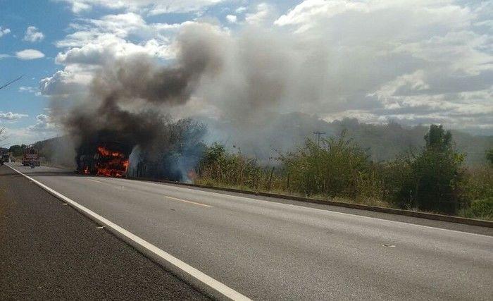 Ônibus fica completamente destruído após pegar fogo na BR 343