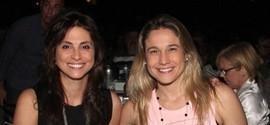 Fernanda Gentil curte show em clima romântico com a namorada no Rio