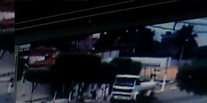 Criança é atropelada por carro e sai andando normalmente; vídeo