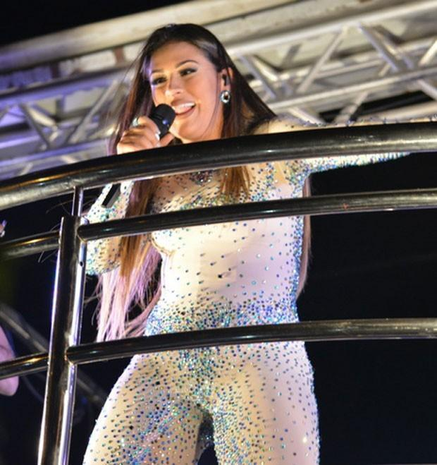 Com looks sensuais, Simone e Simaria agitam público de Fortaleza