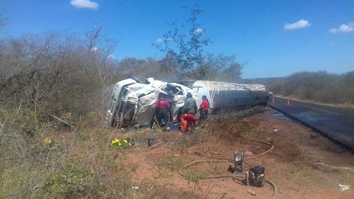 Caminhão com combustível capotou e foi para fora da pis (Crédito: Divulgação)