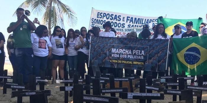 Manifestantes posicionam cruzes após morte de policial no Rio