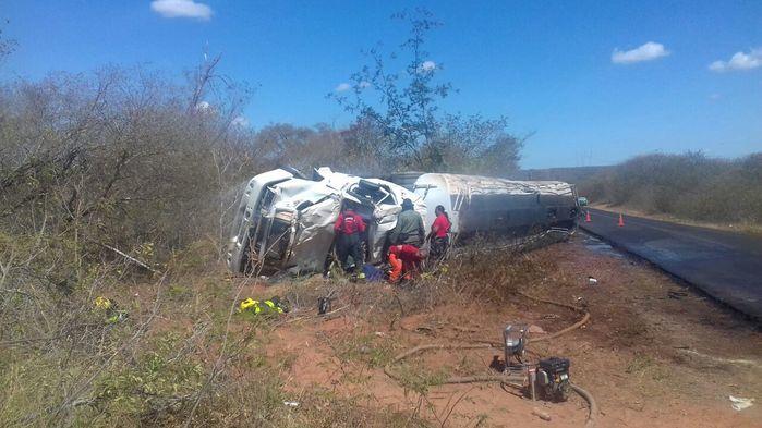 Caminhão com combustível capotou e saiu fora da pista  (Crédito: Divulgação)