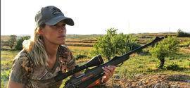 Modelo que caçava animais e postava nas redes é achada morta