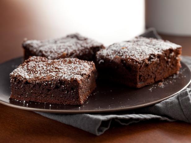 Mulher usa leite materno para fazer brownies e gera polêmica