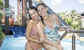 Sol Almeida e ex-BBB Vivian mostram boa forma em parque aquático