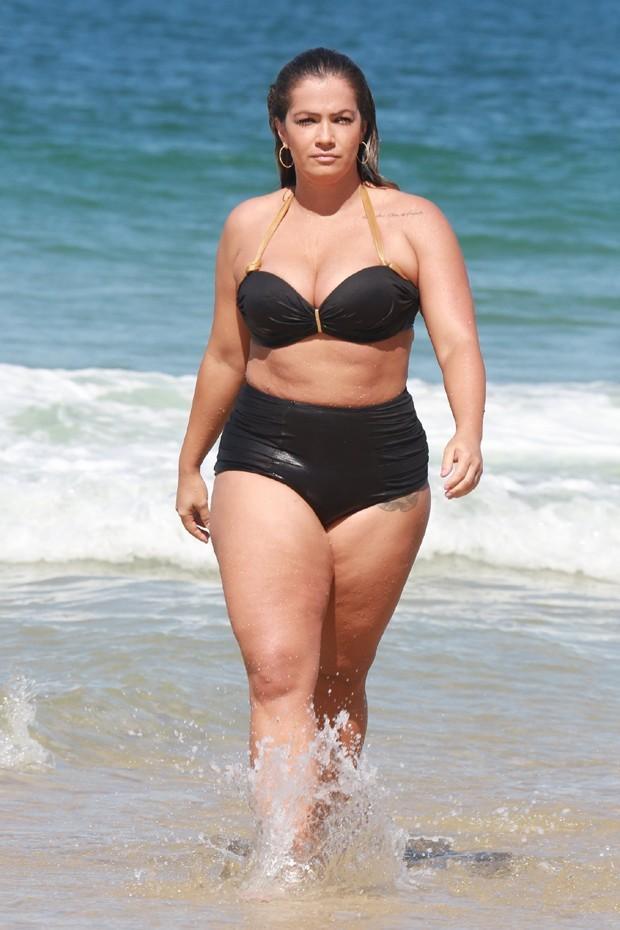 Ex-BBB Fani Pacheco em praia  (Crédito: Agnews)