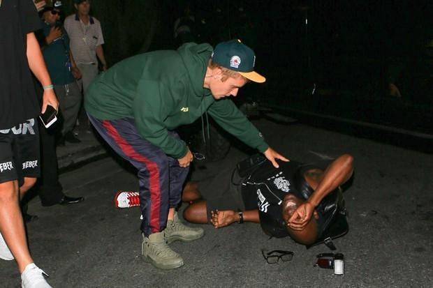 Justin Bieber atropela paparazzo ao sair de igreja em Los Angeles