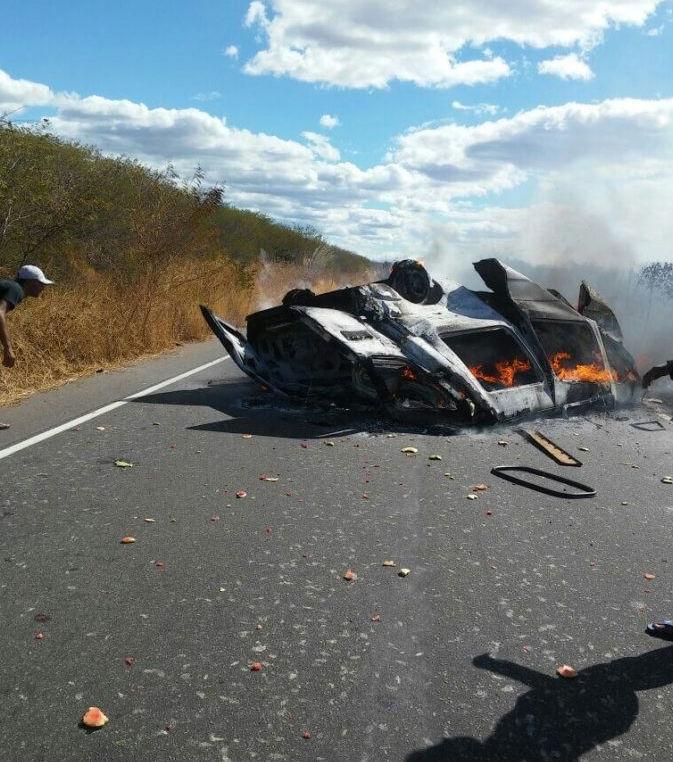 Motorista morre carbonizado após colisão na PI 141
