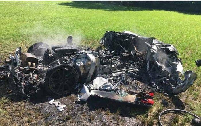 Ferrari acabado de comprar fica irreconhecível após acidente aparatoso