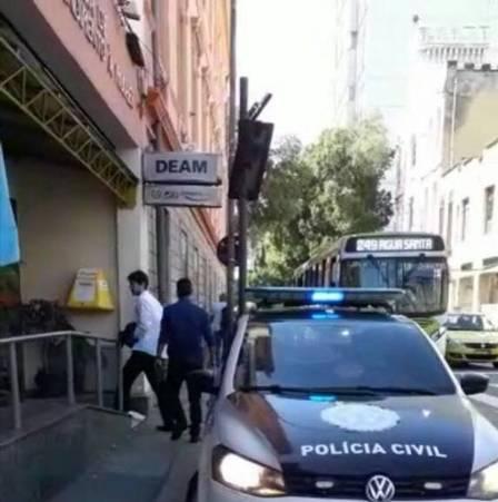 Lucas Florençano, de 25 anos, é preso por policiais após tentar matar ex-namorada (Crédito: Reprodução)