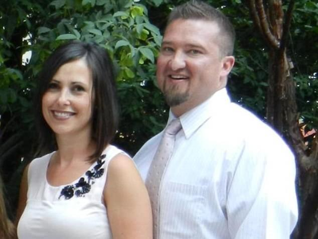 Homem mata esposa durante cruzeiro com as três filhas