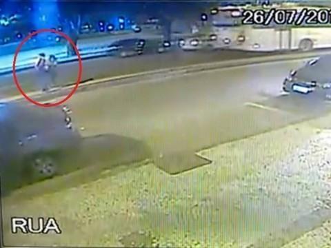 Jovem é preso após jogar ex-namorada grávida contra ônibus