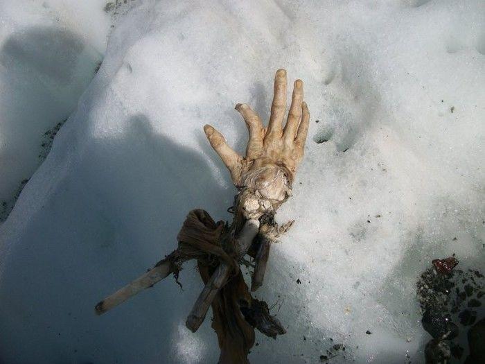 Homem encontra mão perfeitamente conservada nos Alpes da França