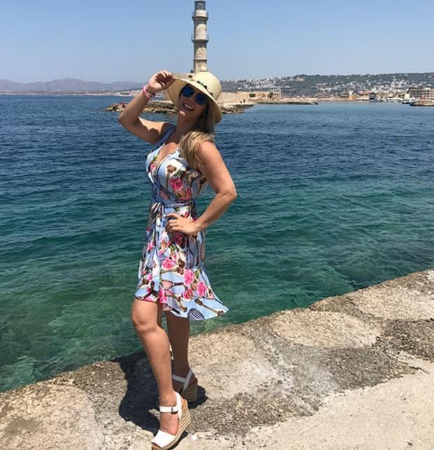 Carla Perez curte férias e mostra corpão na Grécia