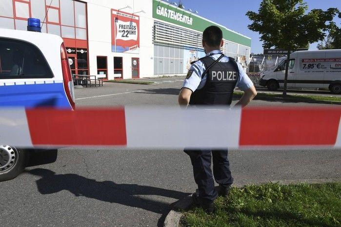 Policial em frente a boate em Konstanz, no sul da Alemanha (Crédito: Reprodução)