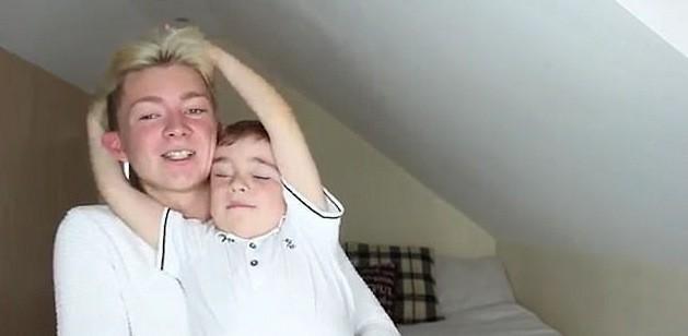 Jovem revela que é gay para irmão de 5 anos e reação é emocionante
