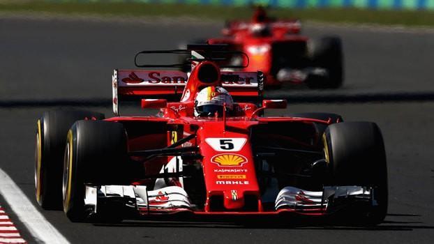 Sebastian Vettel à frente de Kimi Raikkonen durante o GP da Hungria (Crédito: Reprodução )