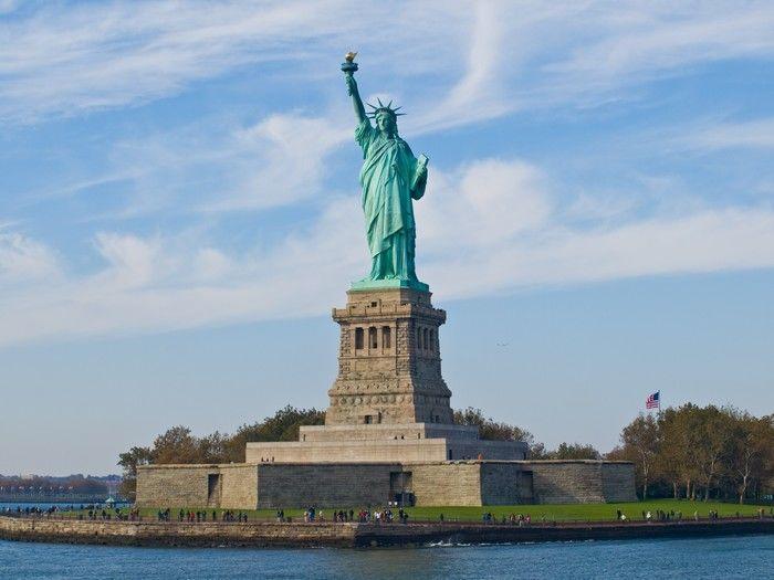 Estátua da liberdade em tom azul (Crédito: Reprodução)