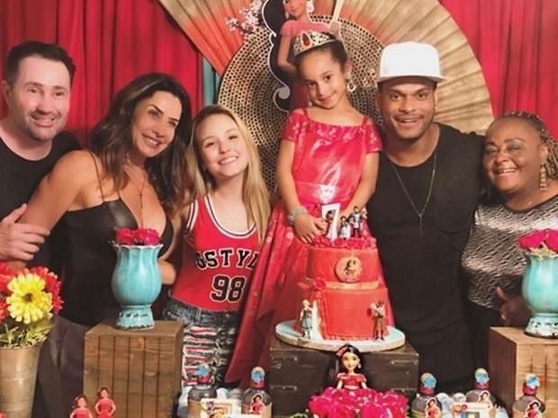 Filha de Scheila Carvalho ganha super festa de 7 anos em Orlando