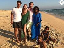 Em Portugal, Marina Ruy Barbosa posa com o noivo e Gloria Maria