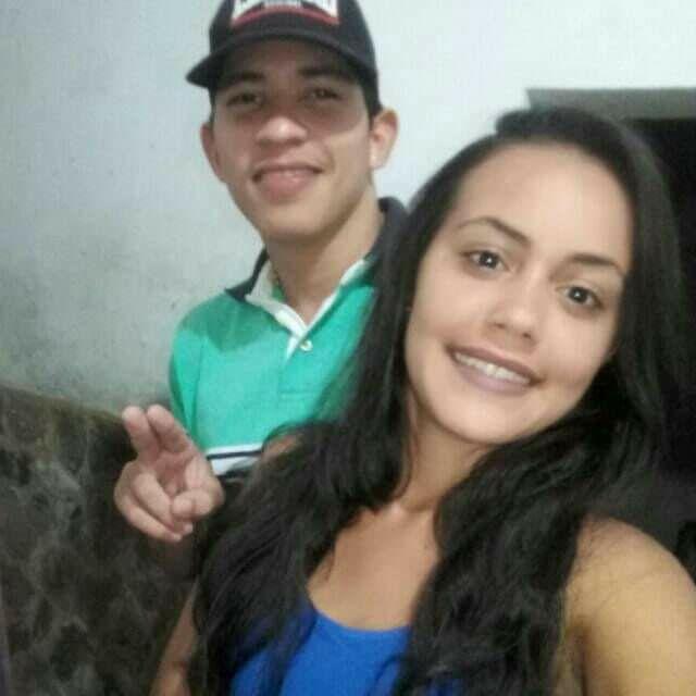 """Eduardo Alcides de Sousa, vulgo """"Júnior Quandu"""" e a namorada Thais Naira Menezes Gomes (Crédito: Reprodução)"""