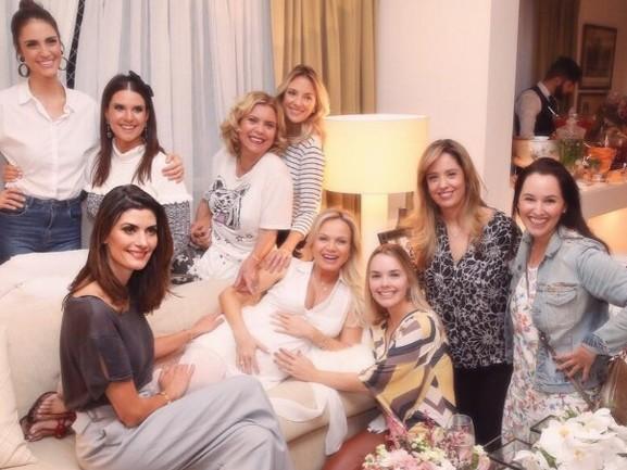 Eliana aparece rodeada de famosas em novas fotos do chá de bebê