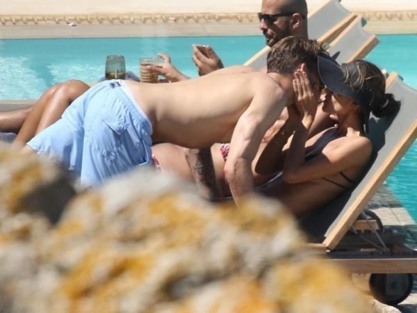 Izabel Goulart troca beijos com namorado Kevin Trapp na Grécia