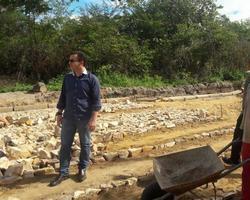 Júnior Percy visita obra de calçamento, em Buriti dos Lopes