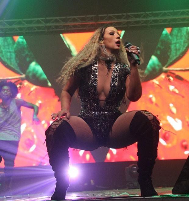 Valesca Popazuda usa look sensual e arrasa em show