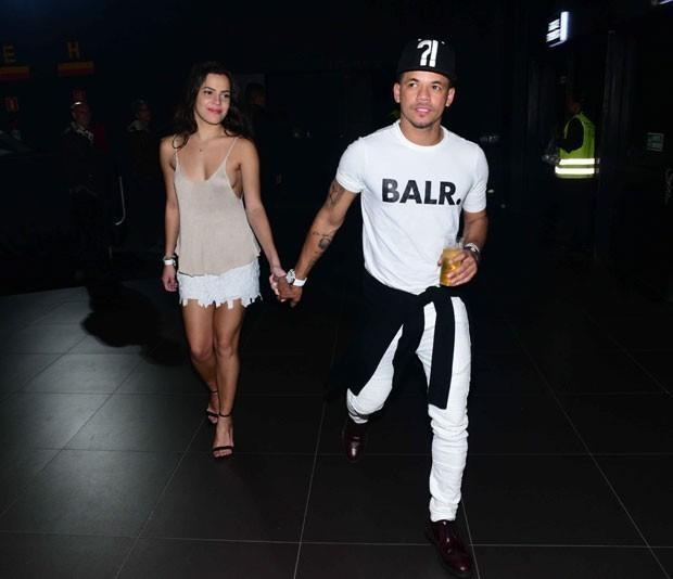 Sem sutiã, Emilly Araújo vai a show com melhor amigo de Neymar