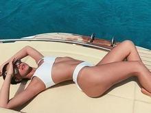 Bruna Marquezine posa de biquíni em Ibiza e fãs vão à loucura