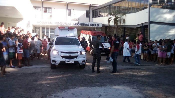 Ambulâncias fazem a transferência de feridos para o HUT (Crédito: Portal Longah)