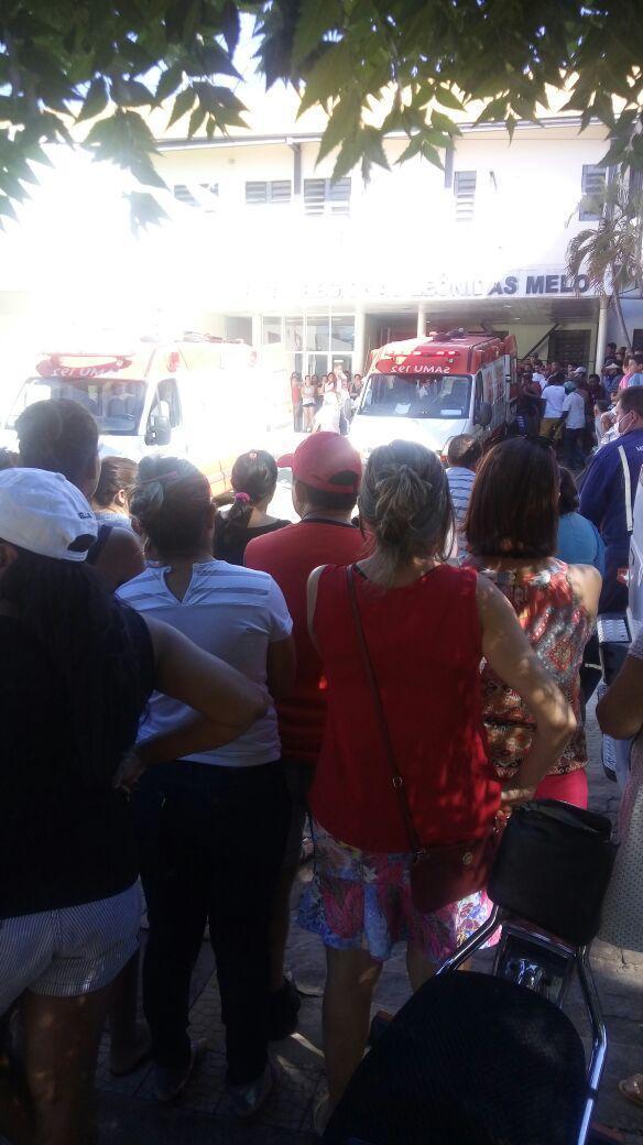 Populares se aglomeram na porta do Hospital  (Crédito: Portal Longah)