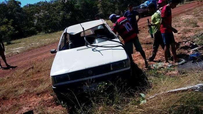 Veículo bate em pedra, se desgoverna e capota no interior do PI (Crédito: Paulo Cruz)