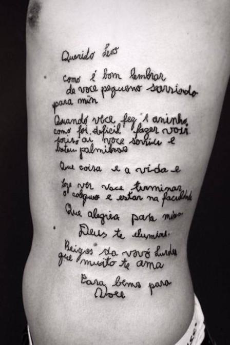 O jovem tatuou em suas costelas a carta que recebeu de sua avó (Crédito: Reprodução)