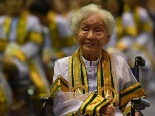 Inspirada em filha, mulher de 91 anos se forma na Tailândia