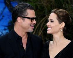 """Angelina Jolie não finalizou divórcio com Brad Pitt: """"Apaixonada'"""