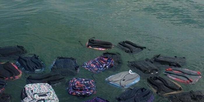 Produtos se espalham no mar após contêineres se romperem